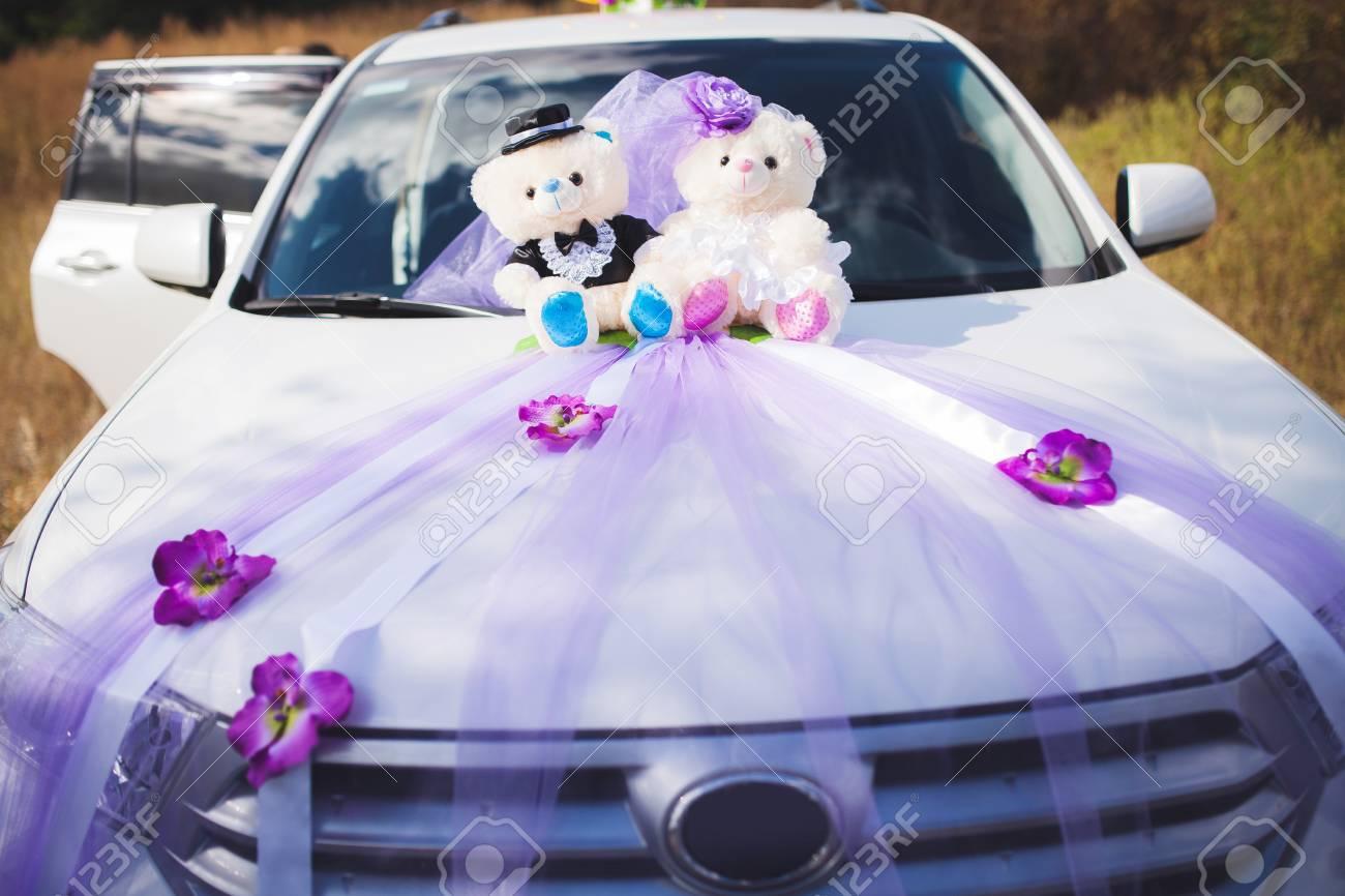 Weisse Hochzeit Auto Dekoriert Baren Und Blumen Lizenzfreie Fotos