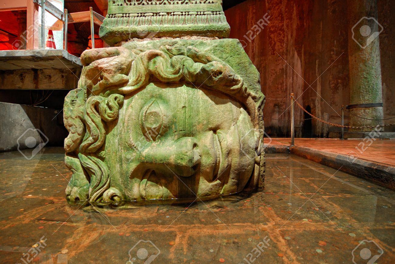 Die Basilika-Zisterne Yerebatan Sarnici In Istanbul, Türkei, Medusa ...