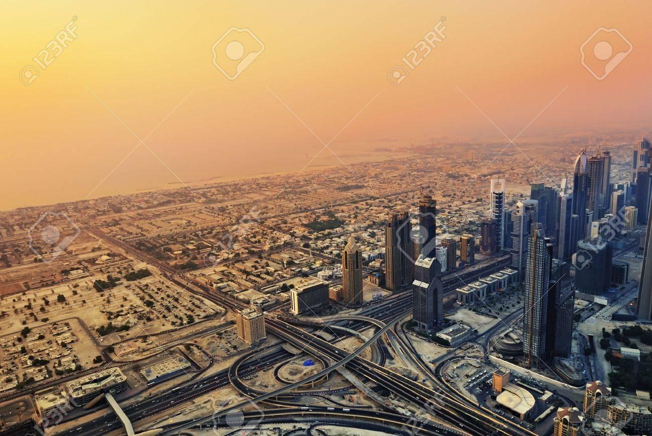 DUBAİ - 1 Eyl 2010, Dubai, BAE Batımında Şeyh Zayed Yolu üzerinde ...