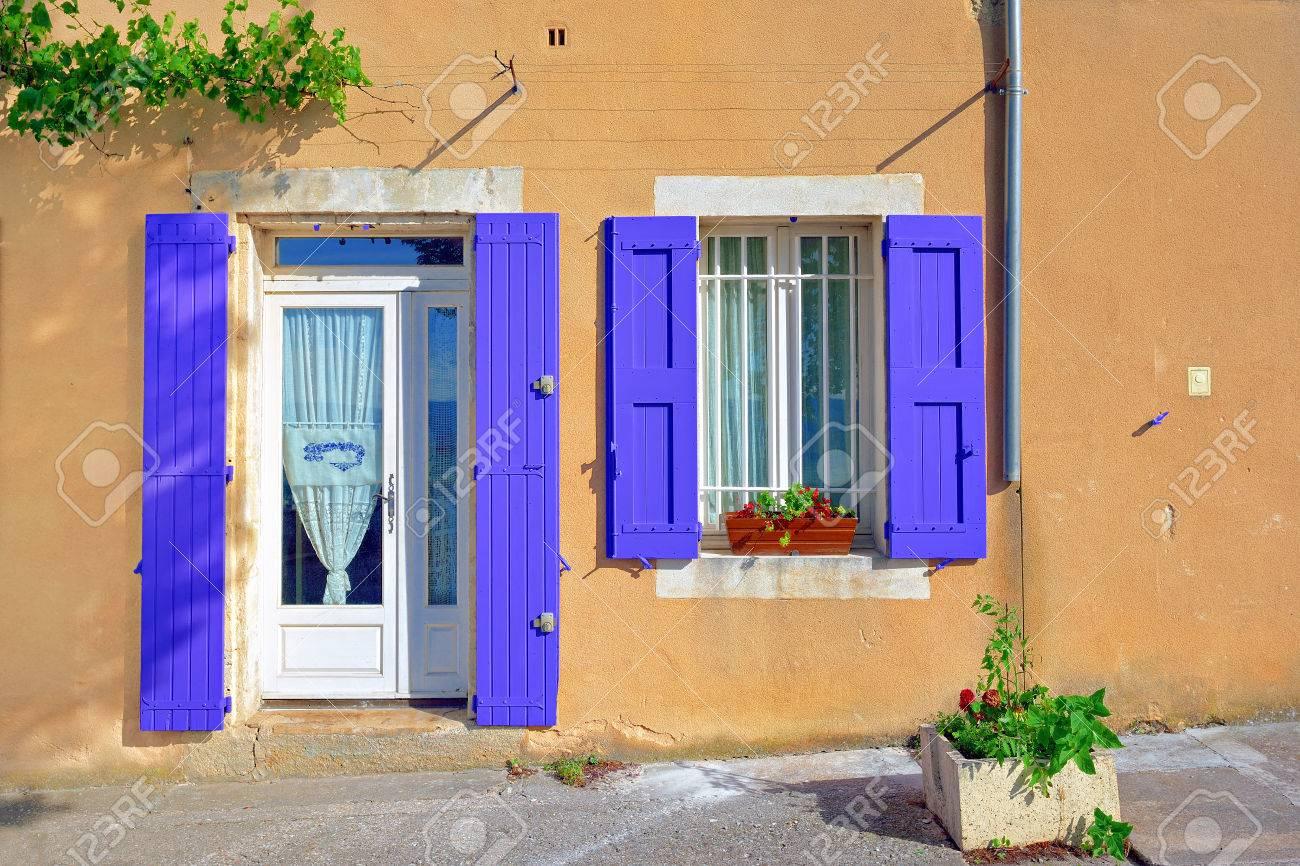 Couleur Volet En Provence ouvrir la fenêtre et la porte avec la couleur de la lavande des volets en  bois sur une couleur ocre plâtrées sur une journée ensoleillée mur. village