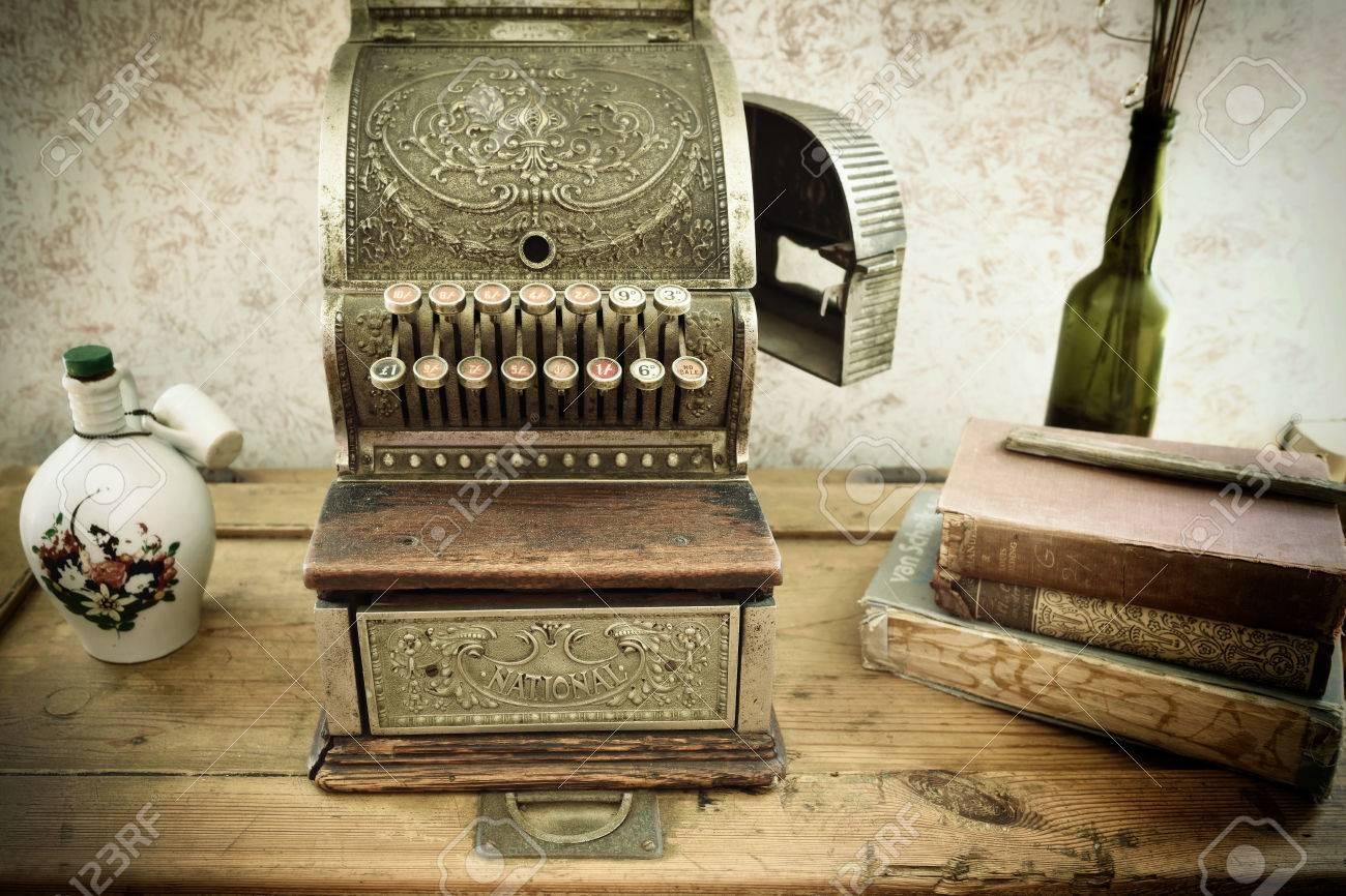 Vintage caisse enregistreuse sur la table en bois brute dans un