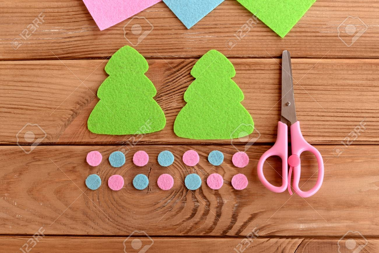Felt Christmas Tree Pattern.Green Felt Christmas Tree Patterns Pink And Blue Balls Scissors