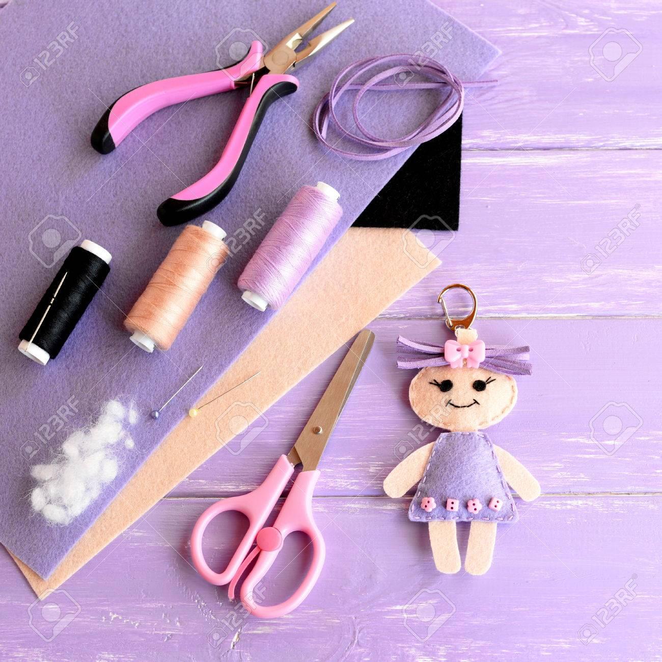 idée créative pour les enfants. feutre poupée porte-clés, ciseaux