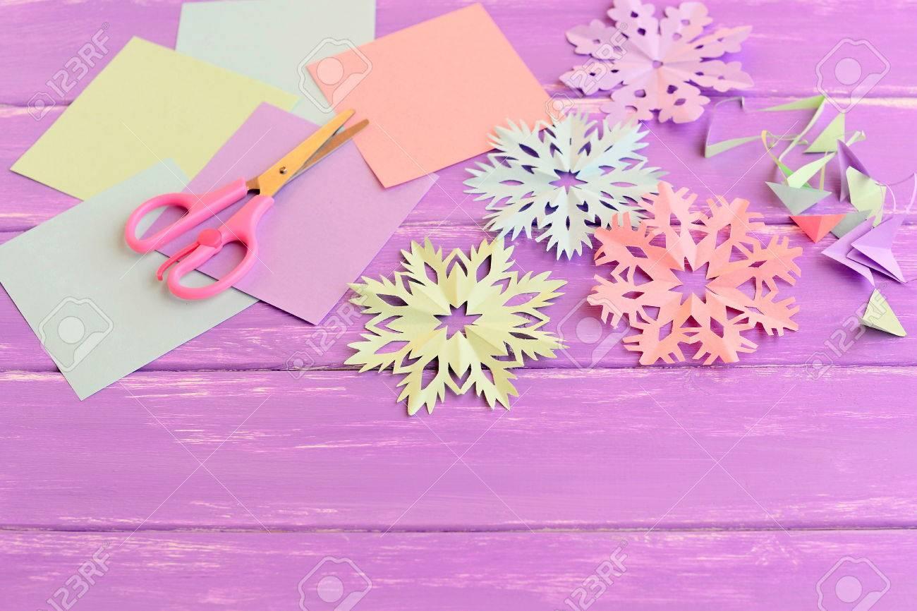 Bunte Papier Schneeflocken Farbige Papierbögen Und Schrott Schere