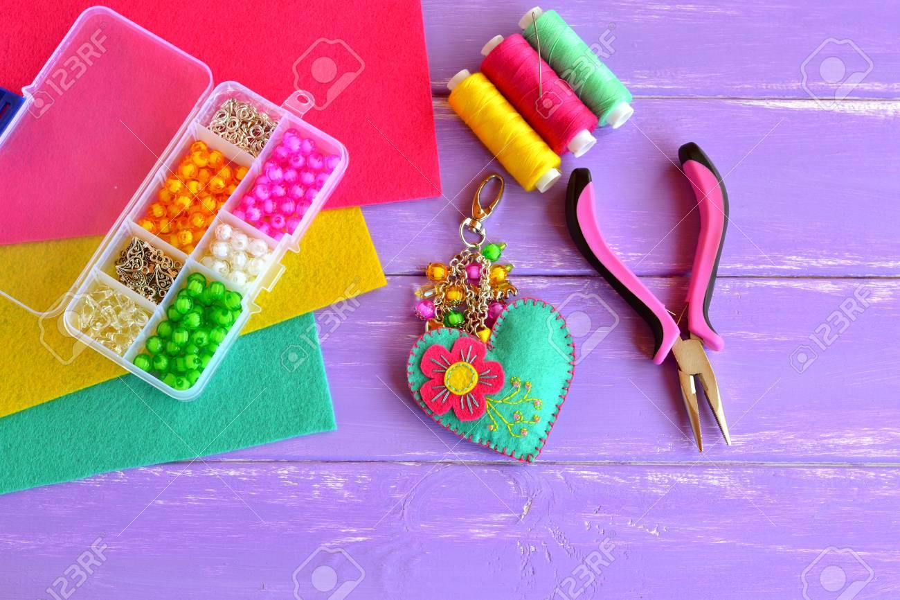 df6d5aa04faf Banque d images - Porte-clés fait maison décoré de perles. Pendentif coeur  en tissu coloré, accessoire pour femme ou enfant. Boîte en plastique,  pinces, ...