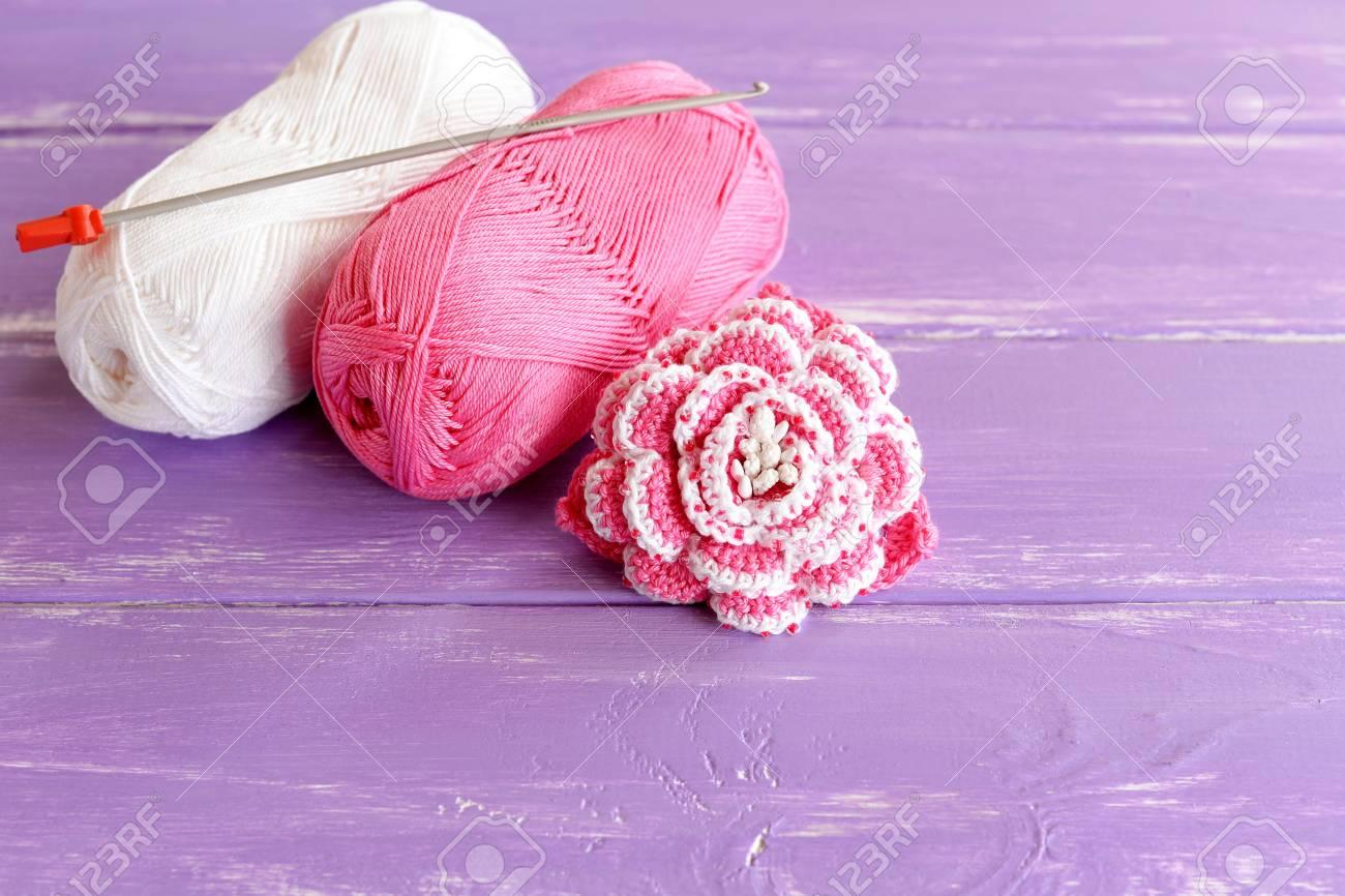 Fleur Crochetée Rose Et Blanche Faite Maison Décorée De Perles Deux écheveaux De Fil De Coton Et Crochet Sur Fond En Bois Lilas Idée De Tricot