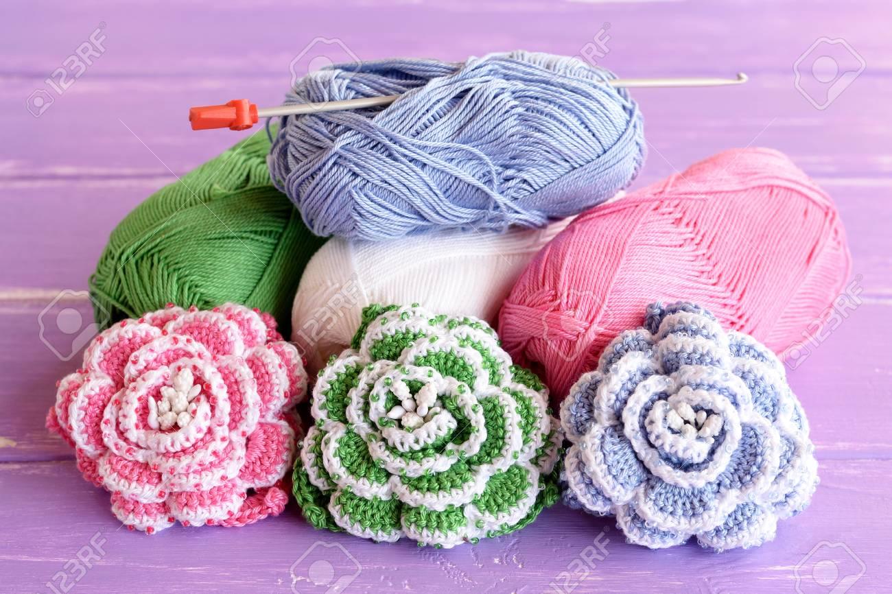 Pink Grün Und Blau Häkeln Rosen Mit Perlen Verziert