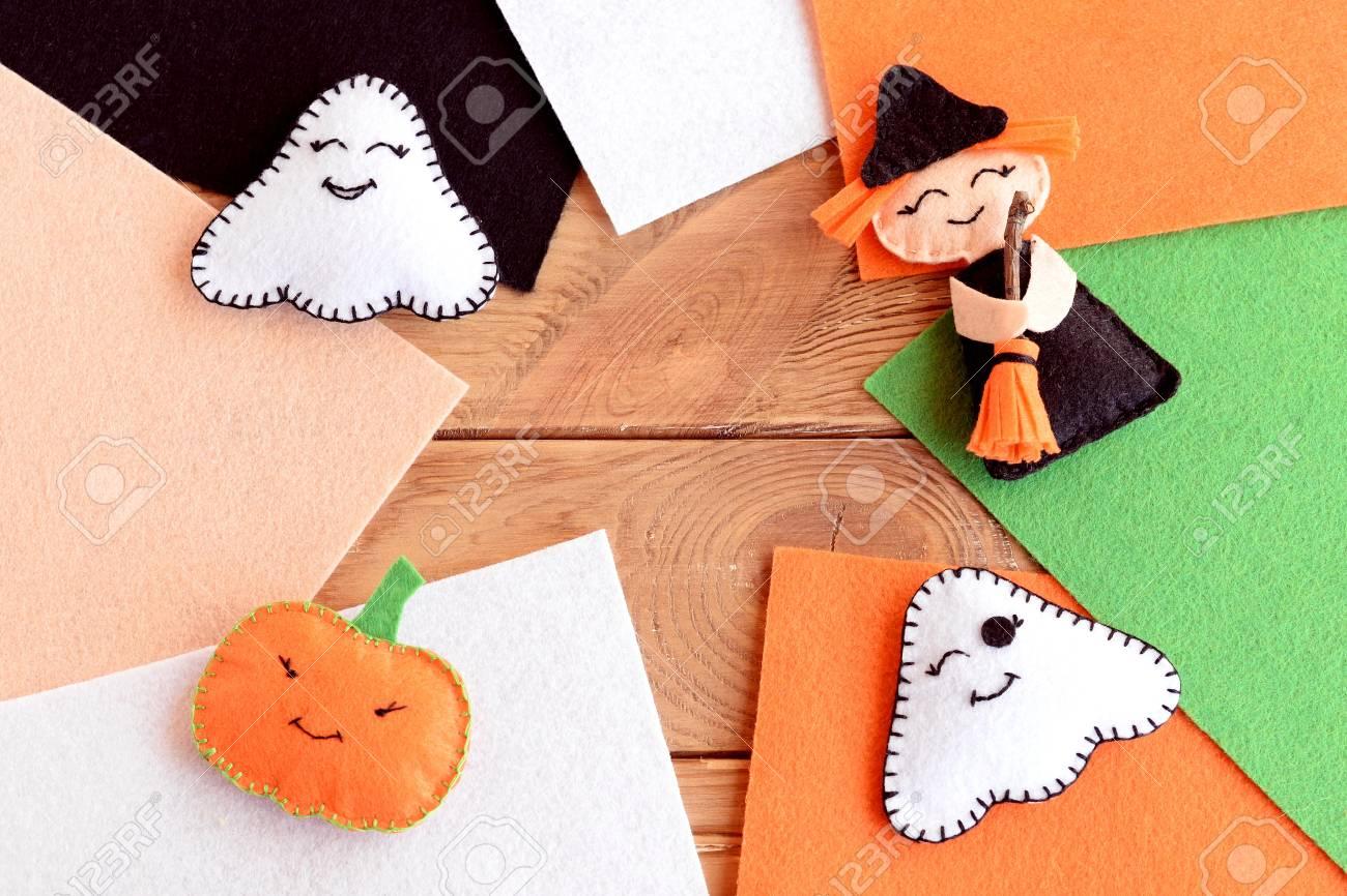 Halloween Süßes Filzhandwerk. Selbst Gemachte Kleine Hexe Mit Besen ...