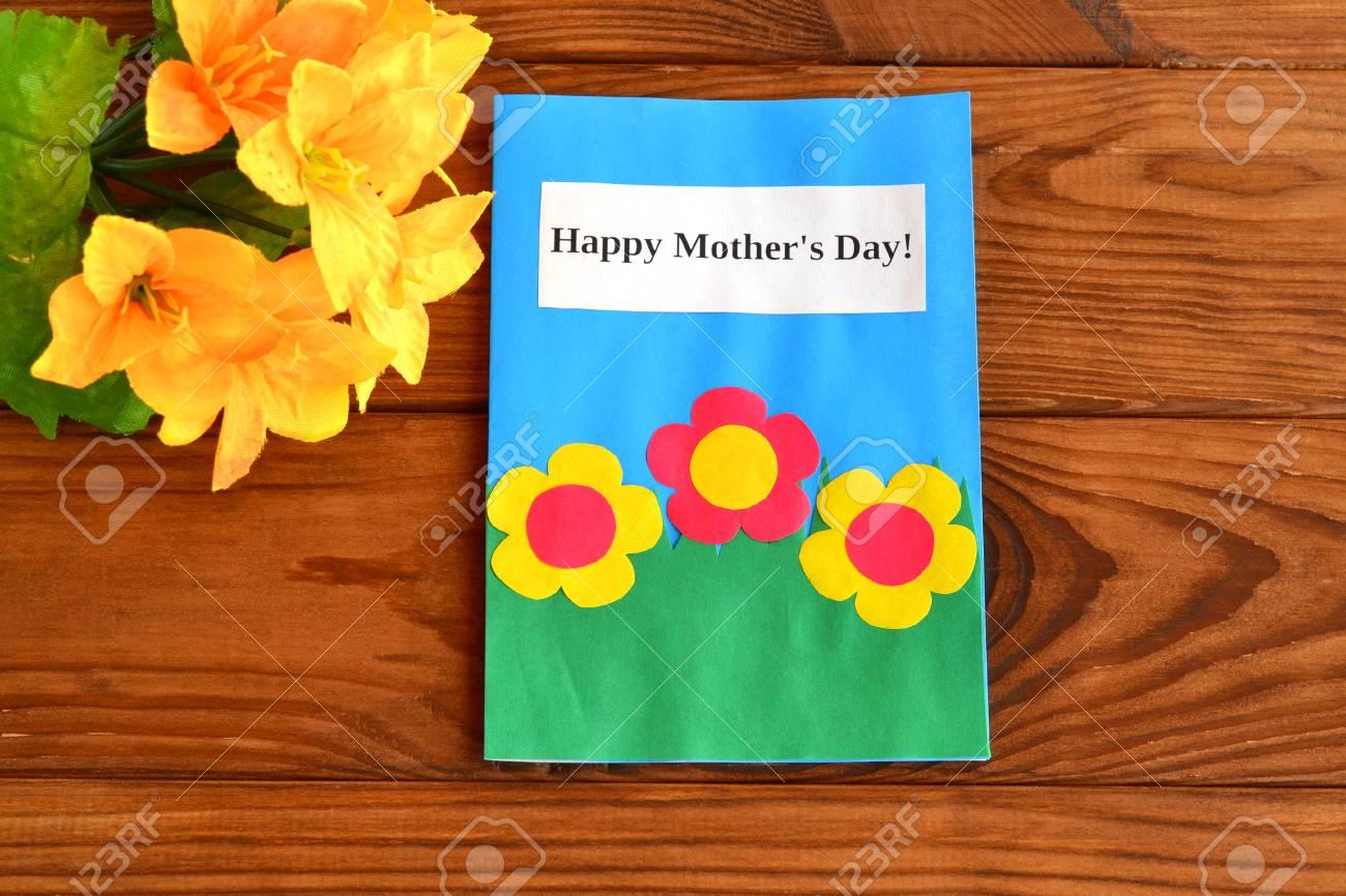 Tarjeta Con Palabras Feliz Dia De La Madre Un Ramo De Flores
