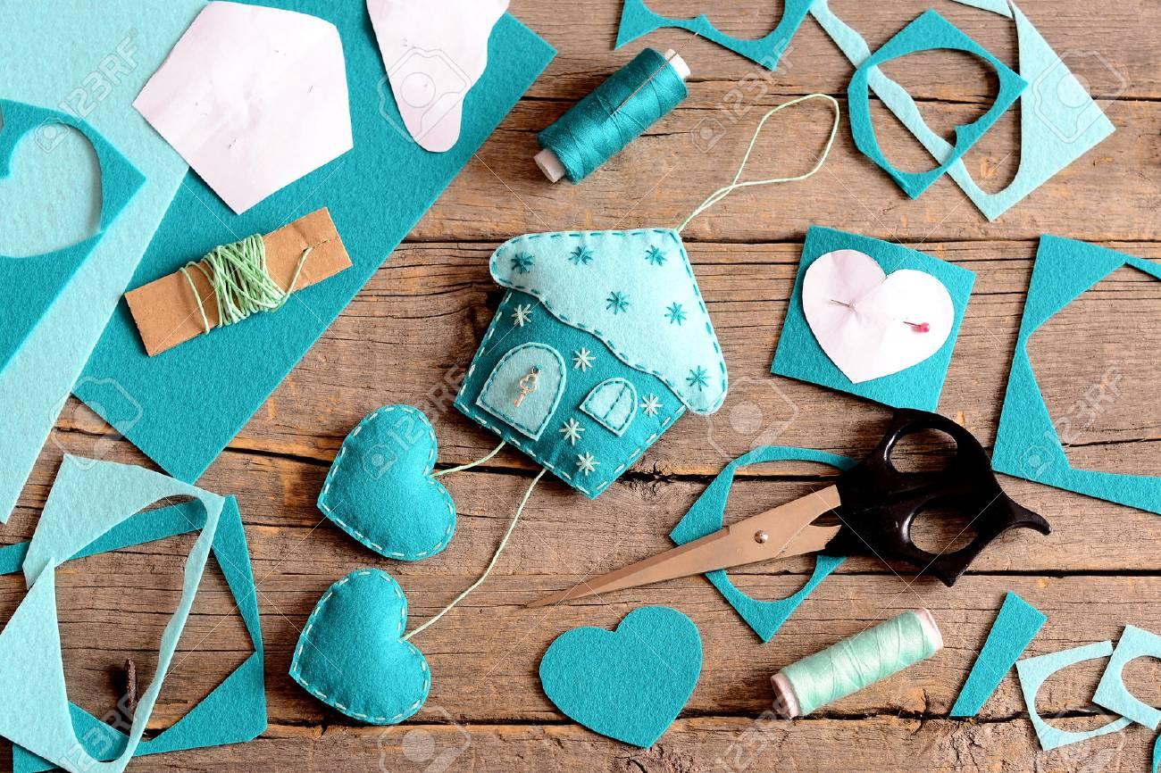 Maison En Feutrine Avec Décoration De Coeurs Outils Et Matériaux