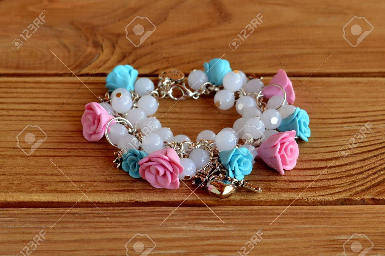 22510c9fa1dc Pulsera hecha a mano con flores hechas de arcilla de polímero, perlas de  plástico y de metal colgantes. Hermosa pulsera para las niñas. estilo de ...