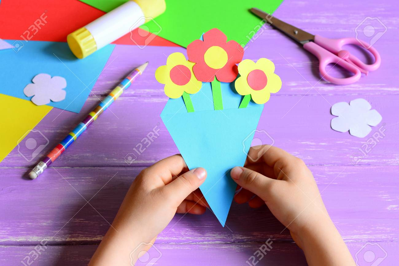 Nino Pequeno Hizo Manualidades De Papel Para El Dia De La Madre O