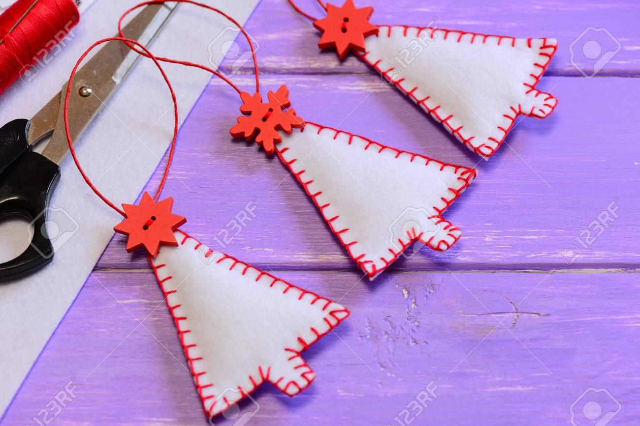 Weihnachtsbäumendekorationen, Handwerksmaterialien Und Werkzeuge Auf ...