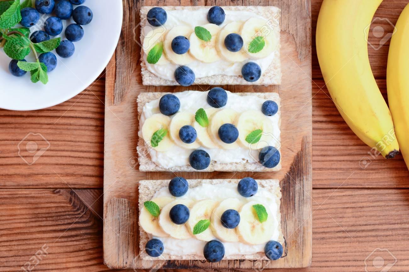 Weichkasecreme Bananen Minze Und Beeren Sandwiches Vegetarische