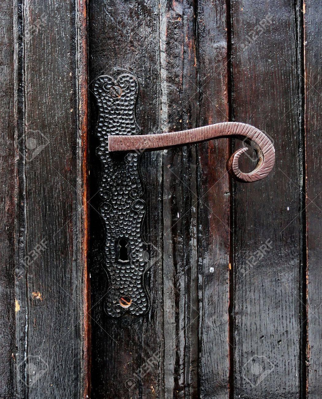 Vieille Porte En Bois Ancienne ancienne poignée de porte sur une vieille porte en bois noire