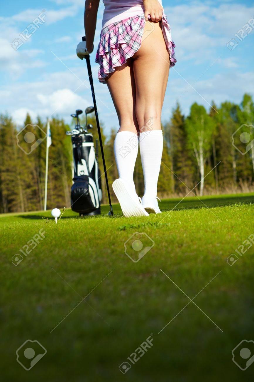 若い女性ゴルフ コースでは、コ...