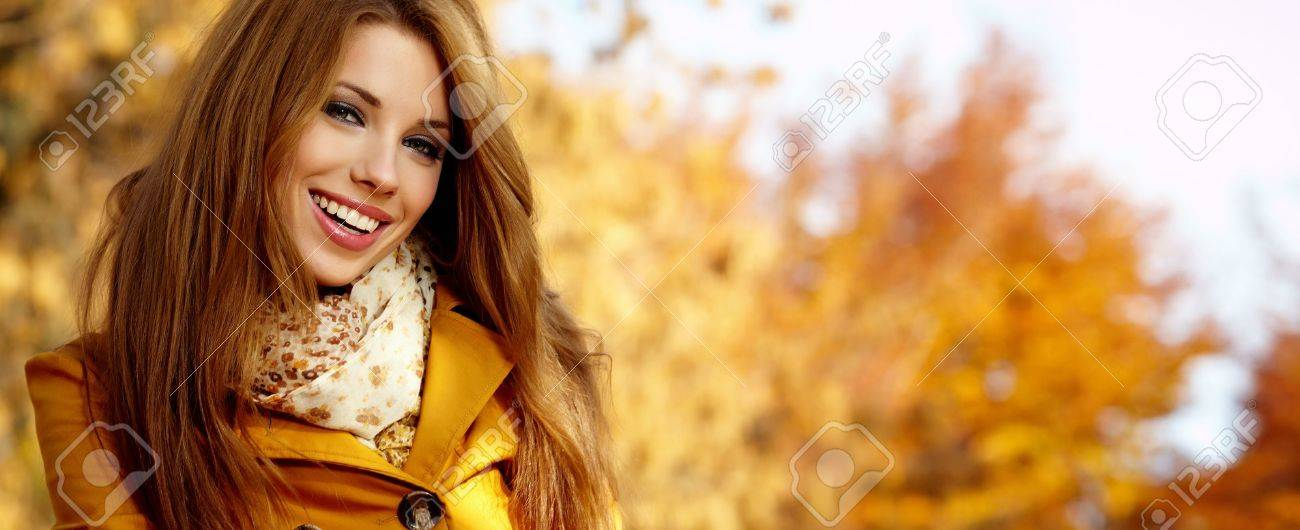 Beautiful elegant womanin autumn park - 13464599