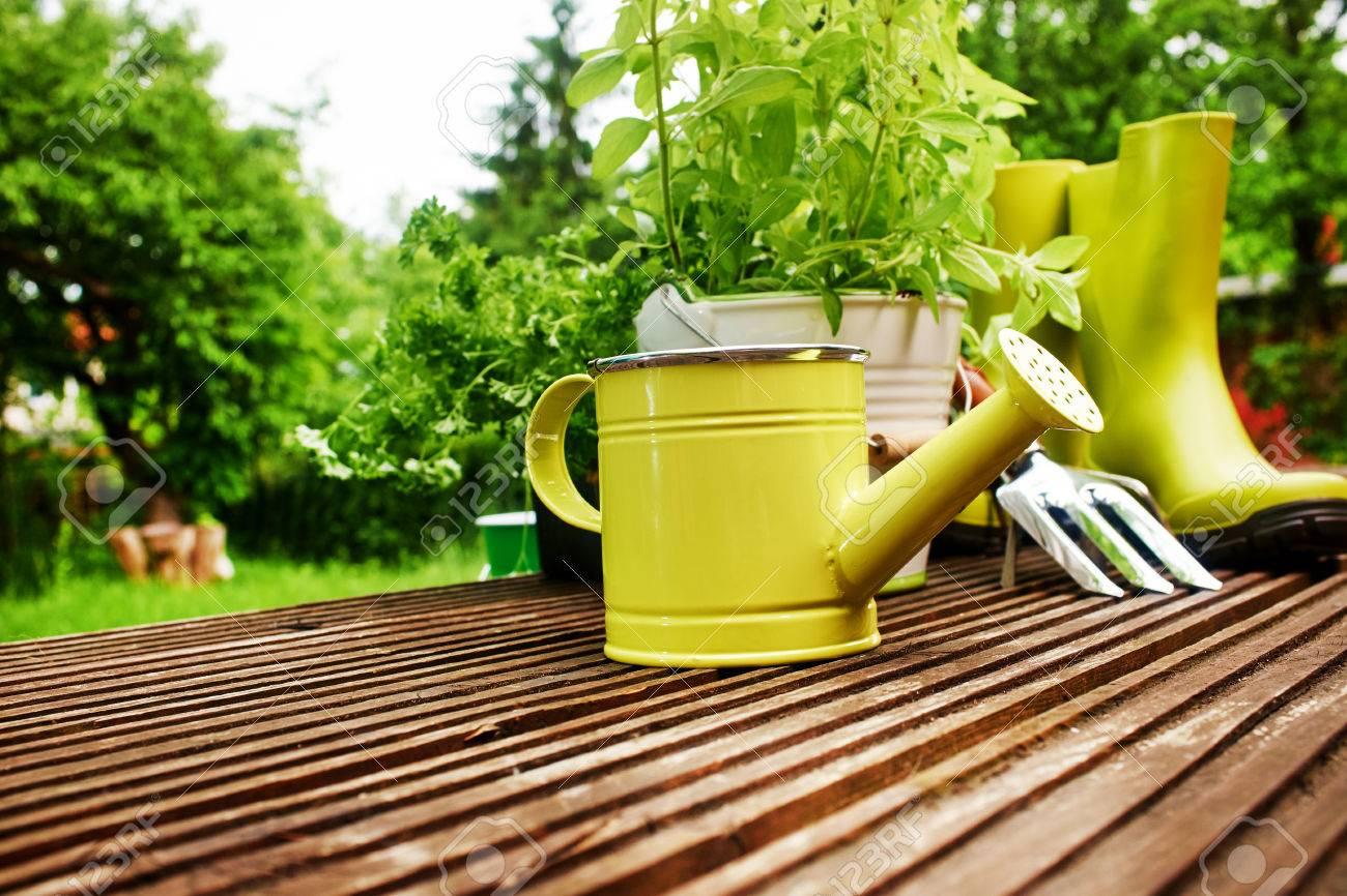 Herramientas De Jardinería En La Terraza En El Jardín