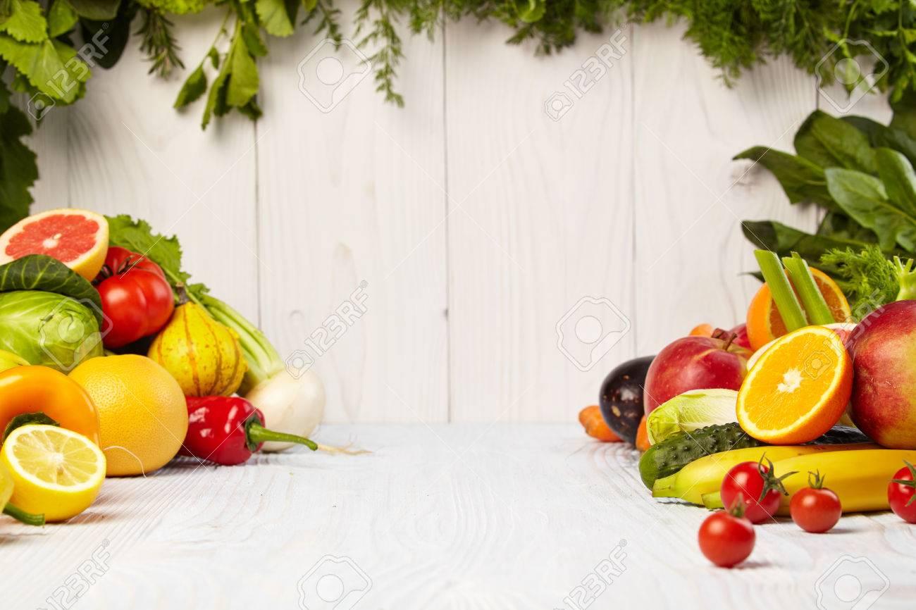 Marco Con Verduras Orgánicas Frescas Y Frutas Sobre Fondo De Madera ...