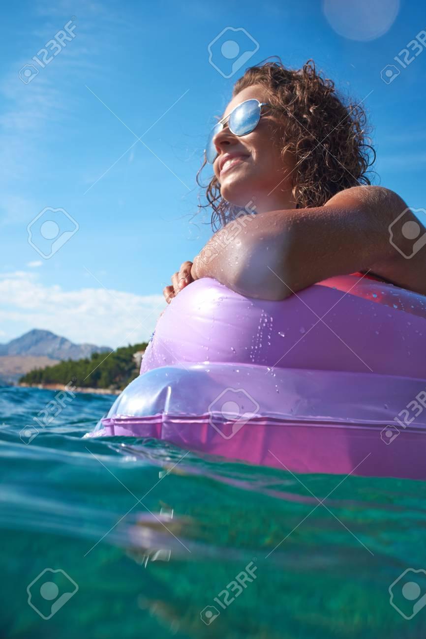 Mädchen auf einer Matratze in der Adria schwimm Standard-Bild - 37234421