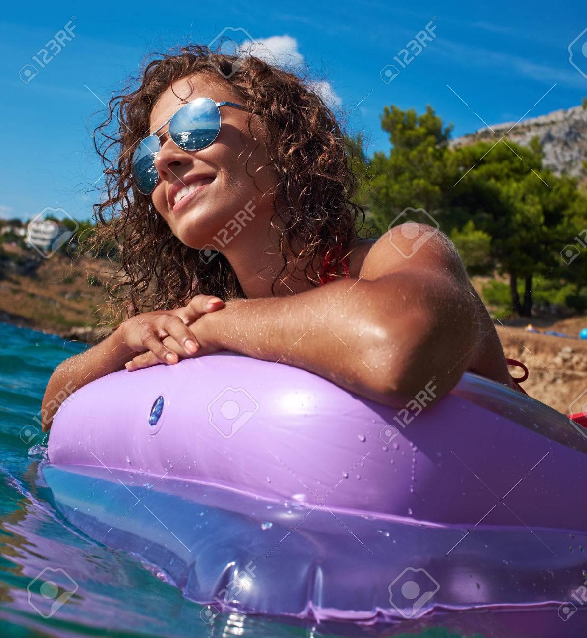 Mädchen auf einer Matratze in der Adria schwimm Standard-Bild - 37234493
