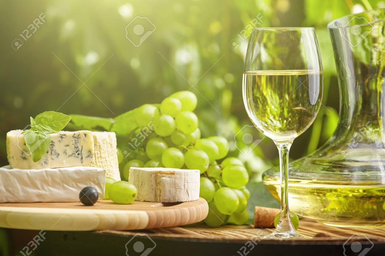 Uva E Vino Bianco Sul Barile Di Legno Sulla Terrazza Del Giardino