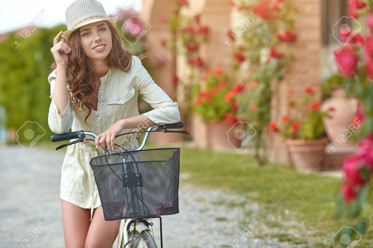 Femme En Toscane Jardin été En Italie Banque D Images Et Photos Libres De Droits Image 51924636