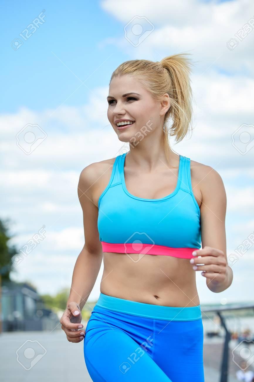 159f5aa3b1292f 写真素材 - 女性アスリート女子スポーツウェアに合わせて細い体格の運動ビルド屋外市川