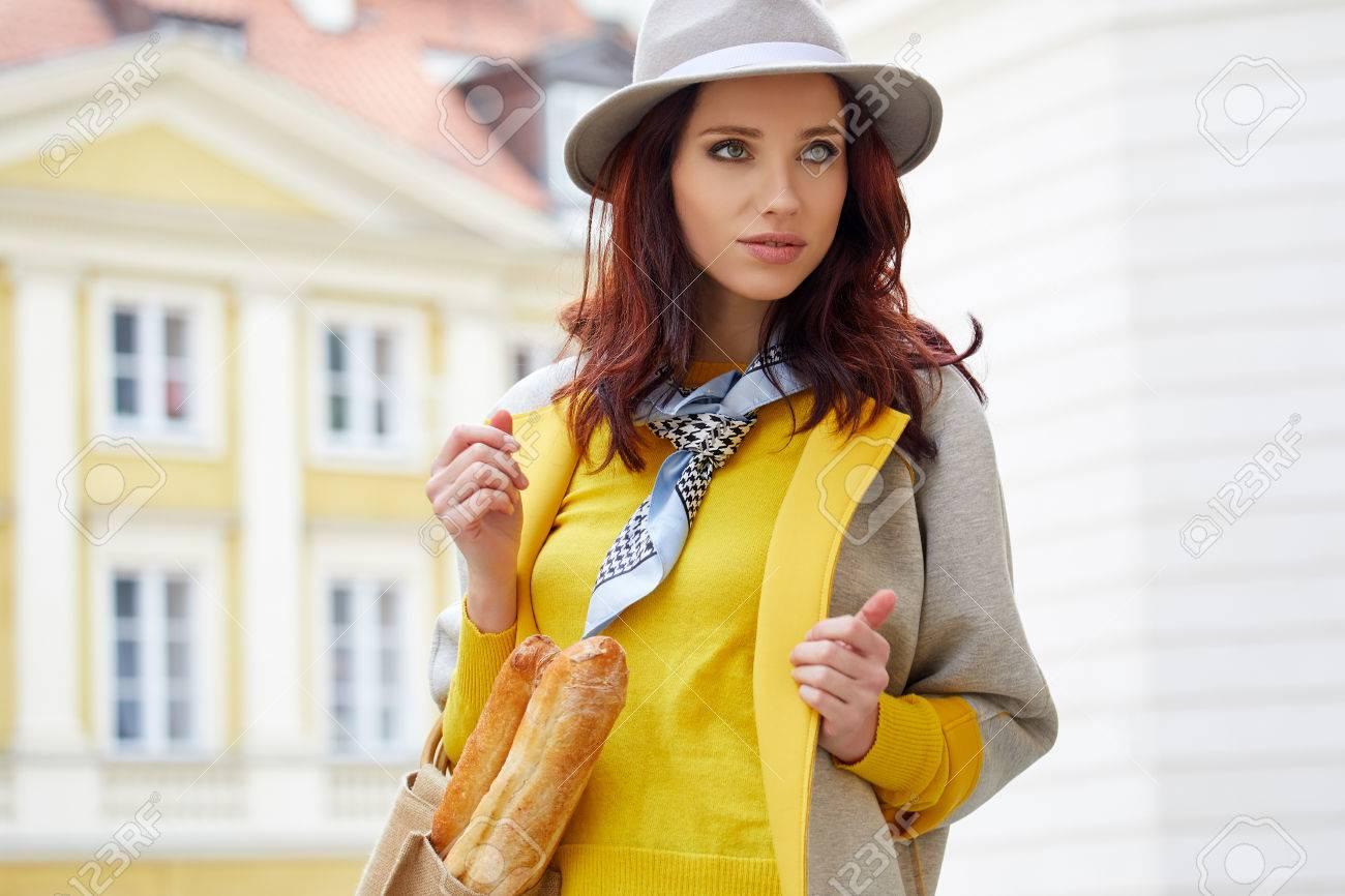 promo code 70084 54316 Outdoor ritratto di giovane donna bella felice alla moda che presentano in  una strada della città vecchia. Modello indossare elegante cappello e ...