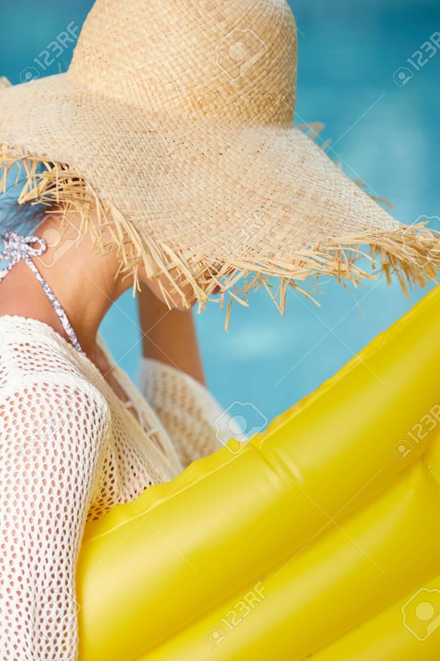 Schlankes Mädchen Mit Aufblasbarer Matratze Neben Pool Im Garten.  Sommerkonzept Standard Bild   79787441