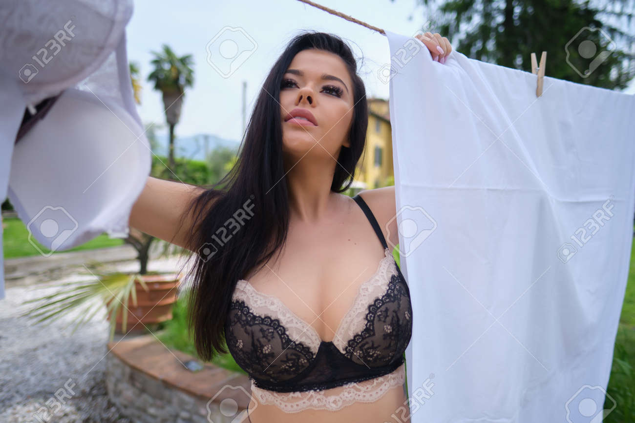 ITALIAN WOMAN KNOWS THE LAUNDRY IN HER GARDEN - 166052467