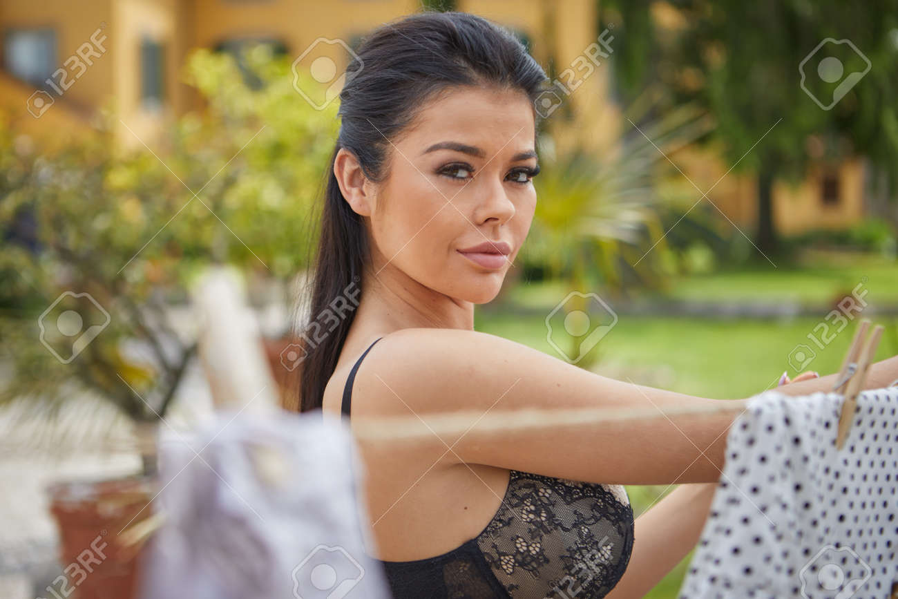 ITALIAN WOMAN KNOWS THE LAUNDRY IN HER GARDEN - 163563090