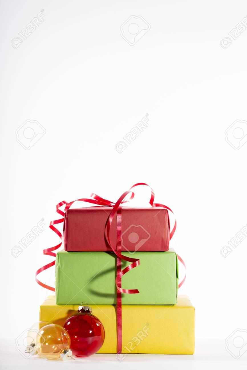 Weihnachtsgeschenke Auf Weiß Lizenzfreie Fotos, Bilder Und Stock ...