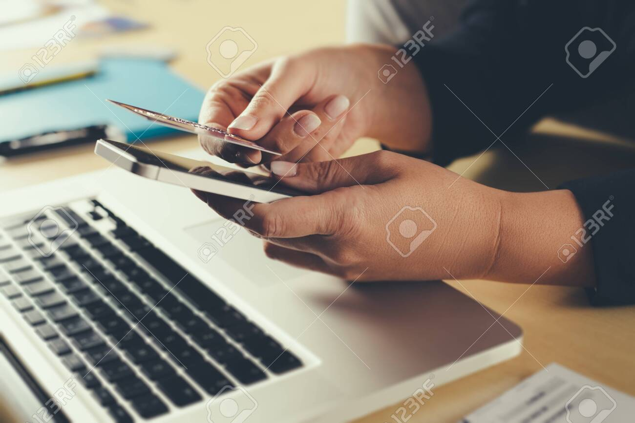 Shopping and online payment by using notebook. - 141540680
