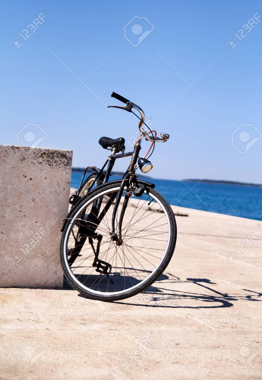 Bicicletta Sul Porto Peschereccio Di Una Piccola Città Di Mare Sopra Il Mare Blu E Sfondo Chiaro Cielo Blu Primavera Bicicletta Vecchia E Depoca