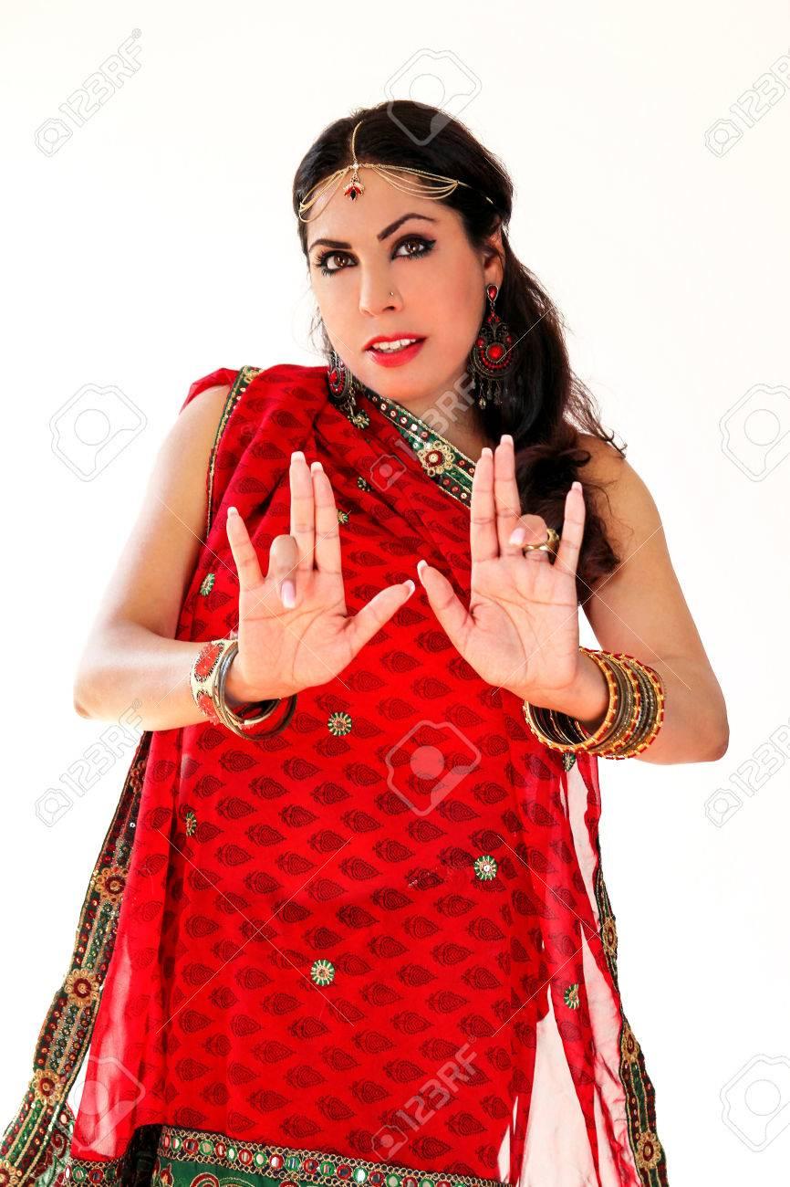 Mujer Bailando Danza India En Traje Nacional. Un Hermoso Retrato De Hermosa  Chica En Rojo Saree Hindú fe5040648b8