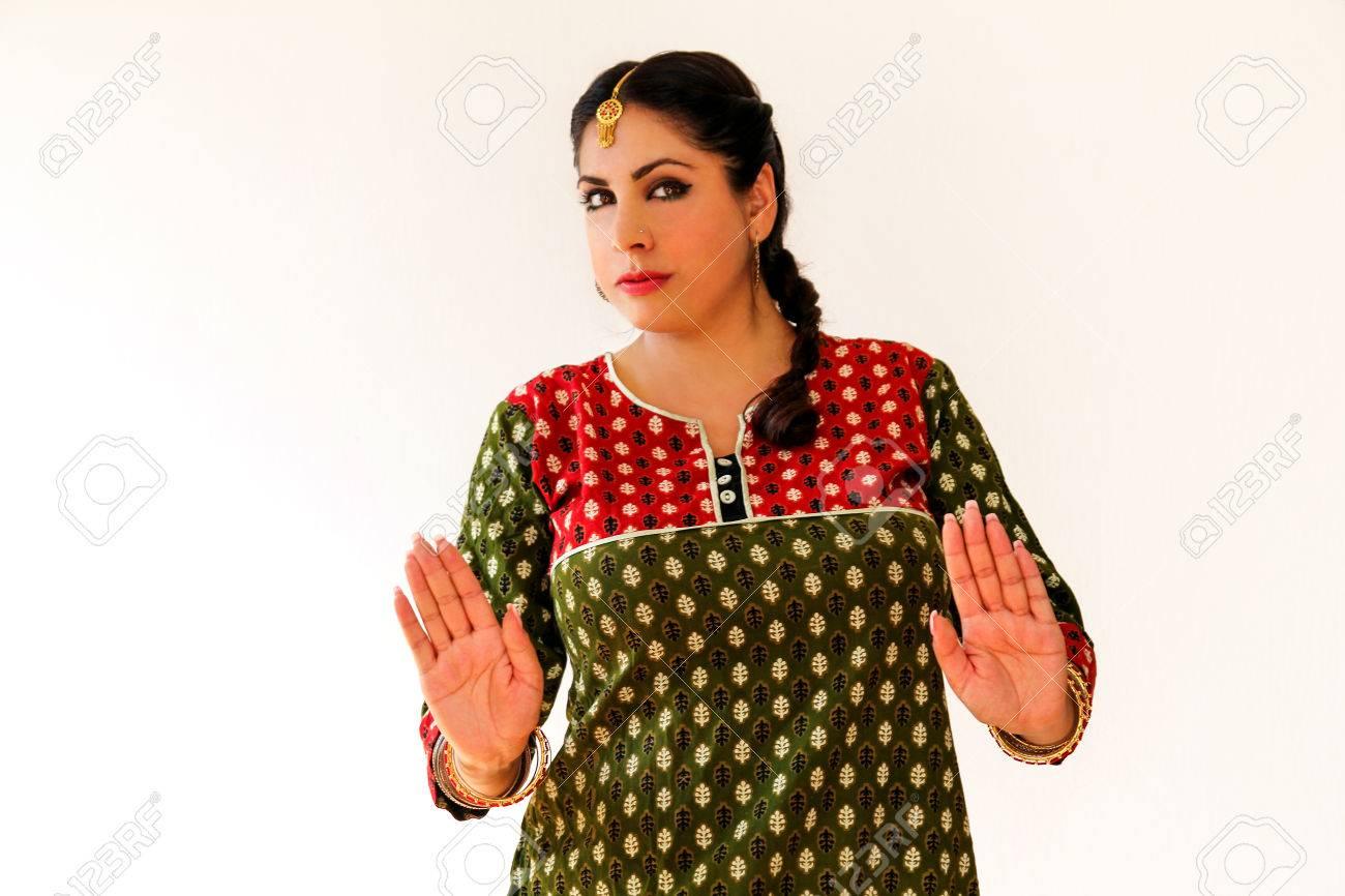 Mujer Bailando Danza India En Traje Nacional. Un Hermoso Retrato De Niña En  Shree Kurta Patiala Conjunto De Estilo a520dd120e0