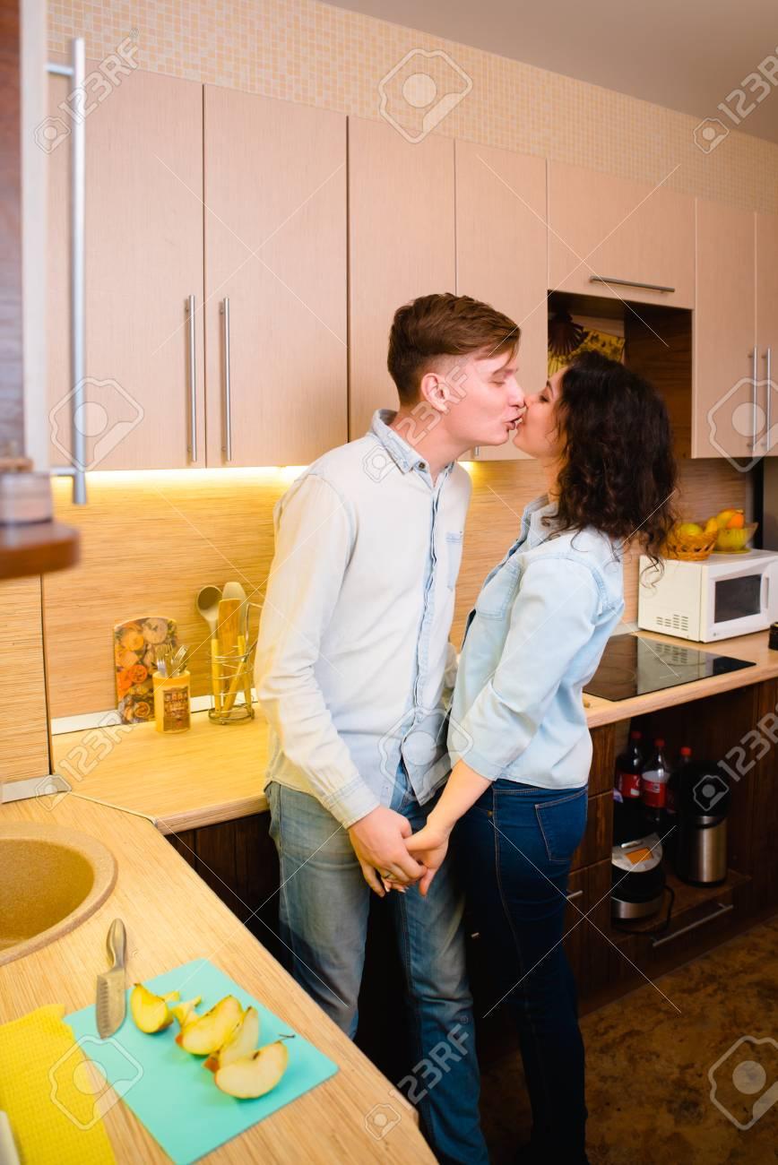 Liebe In Der Küche   Junges Paar In Der Liebe In Der Kuche Lizenzfreie Fotos Bilder Und