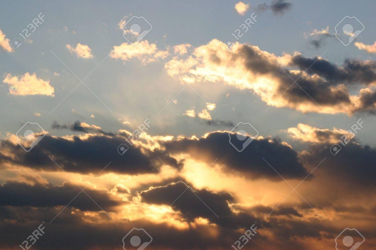 夕焼け雲影と銀の裏地との両方を...