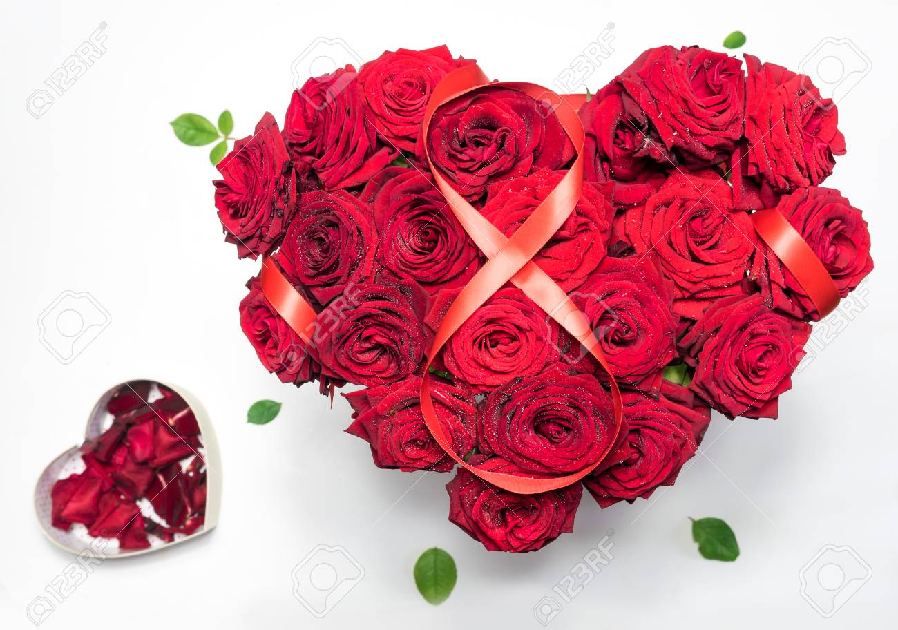 coeur fait rouge roses bouquet ruban rouge figure 8 boîte de forme