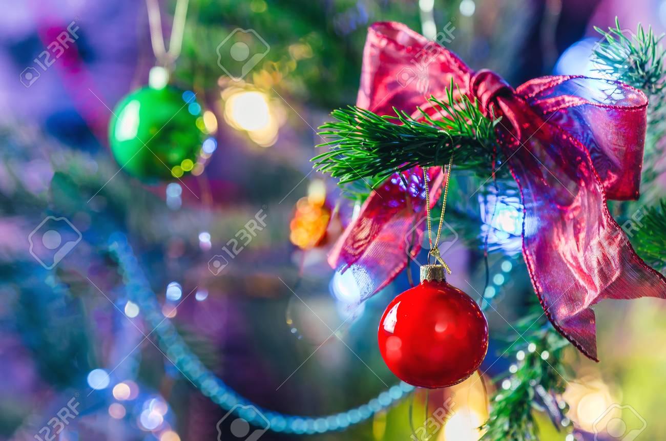 Image Brillante De Noel.Fond De Decorations De Noel Et Du Nouvel An Boule Brillante De Noel Rouge Sur La Branche De Sapin Fond Lumineux De Noel Et Du Nouvel An