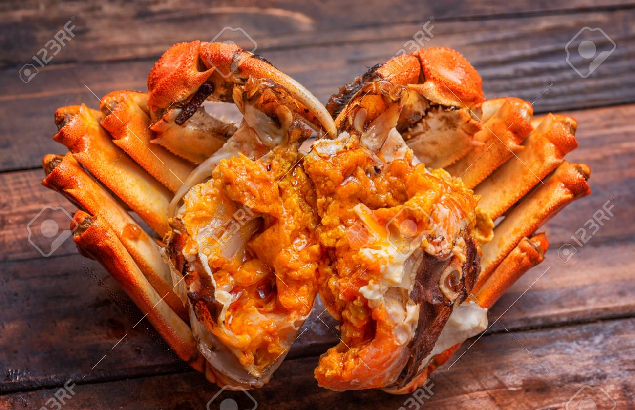 The hairy crab stripped its shell and poster its rich crab cream. - 111011462
