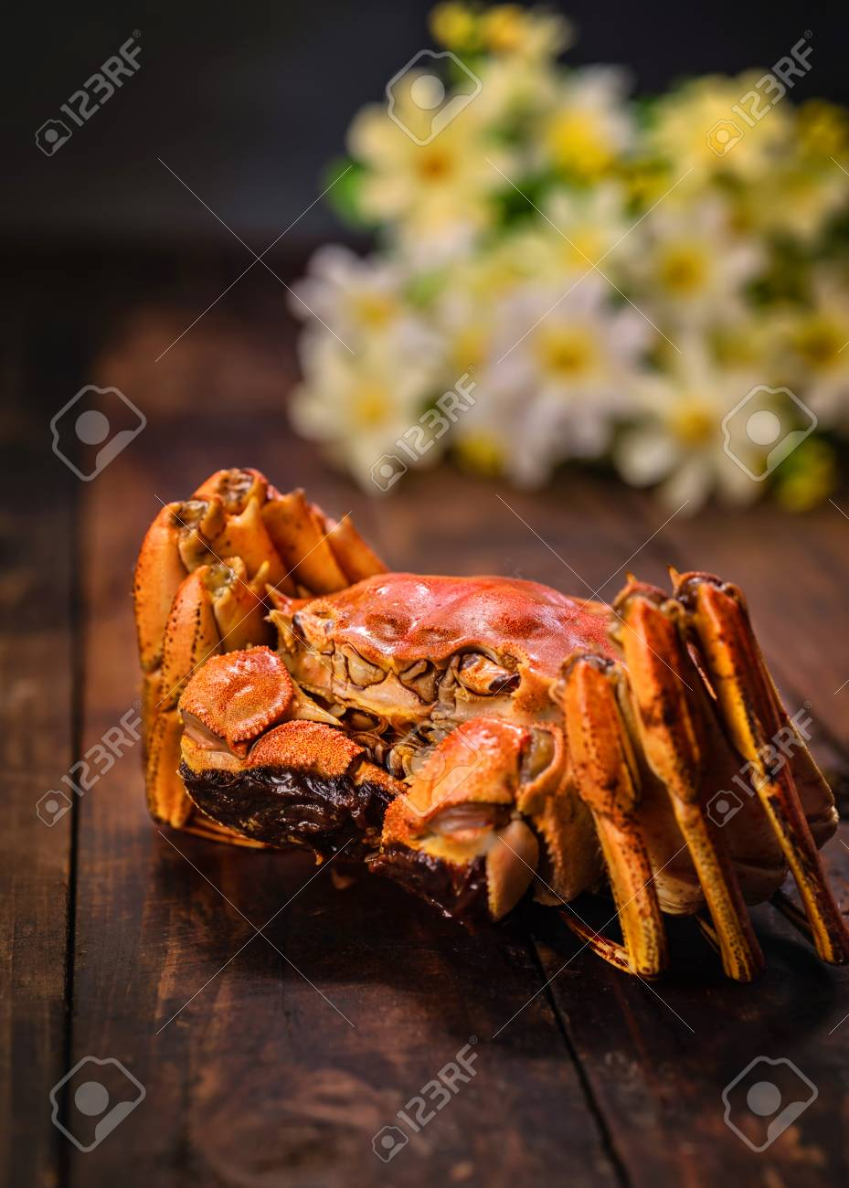 A hairy crab is on the table. - 111010794