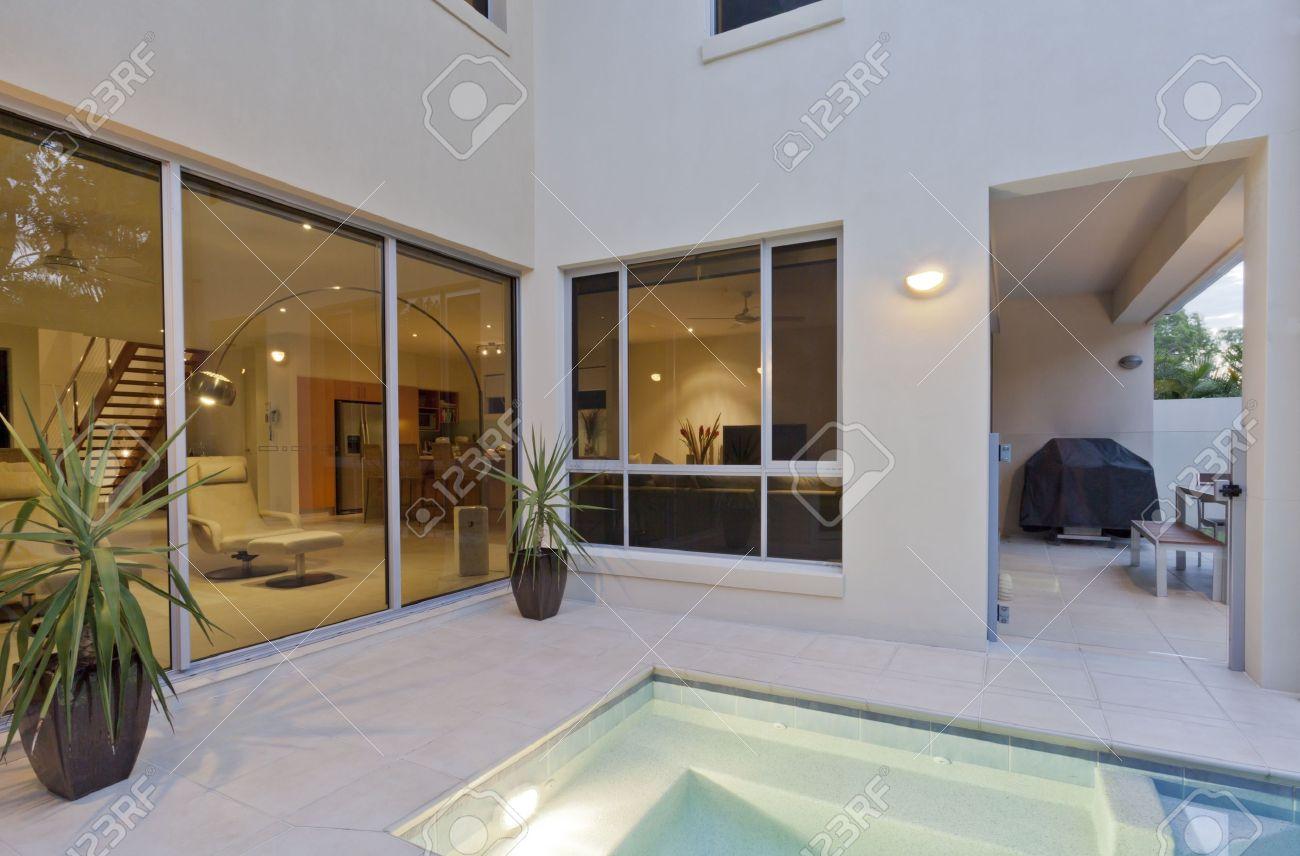 Modernes Haus Mit Wohnzimmer Mit Blick Auf Den Pool Und Garten ...