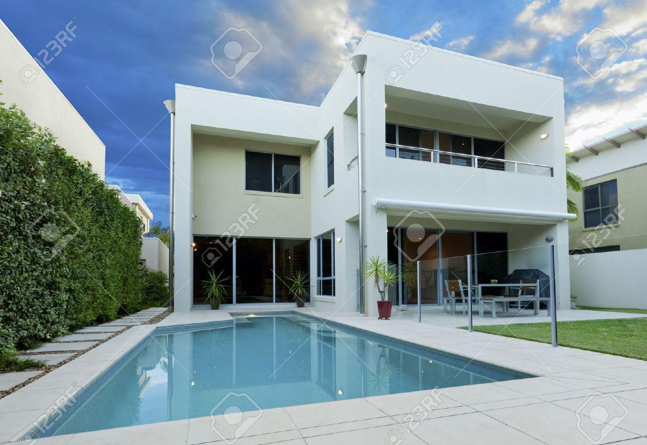 Luxuriöses Modernes Haus Mit Swimmingpool Und Garten Lizenzfreie ...