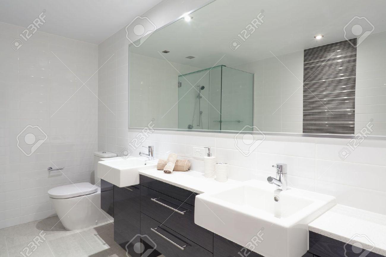 moderne badezimmer mit doppel-waschbecken, toilette und dusche, Hause ideen