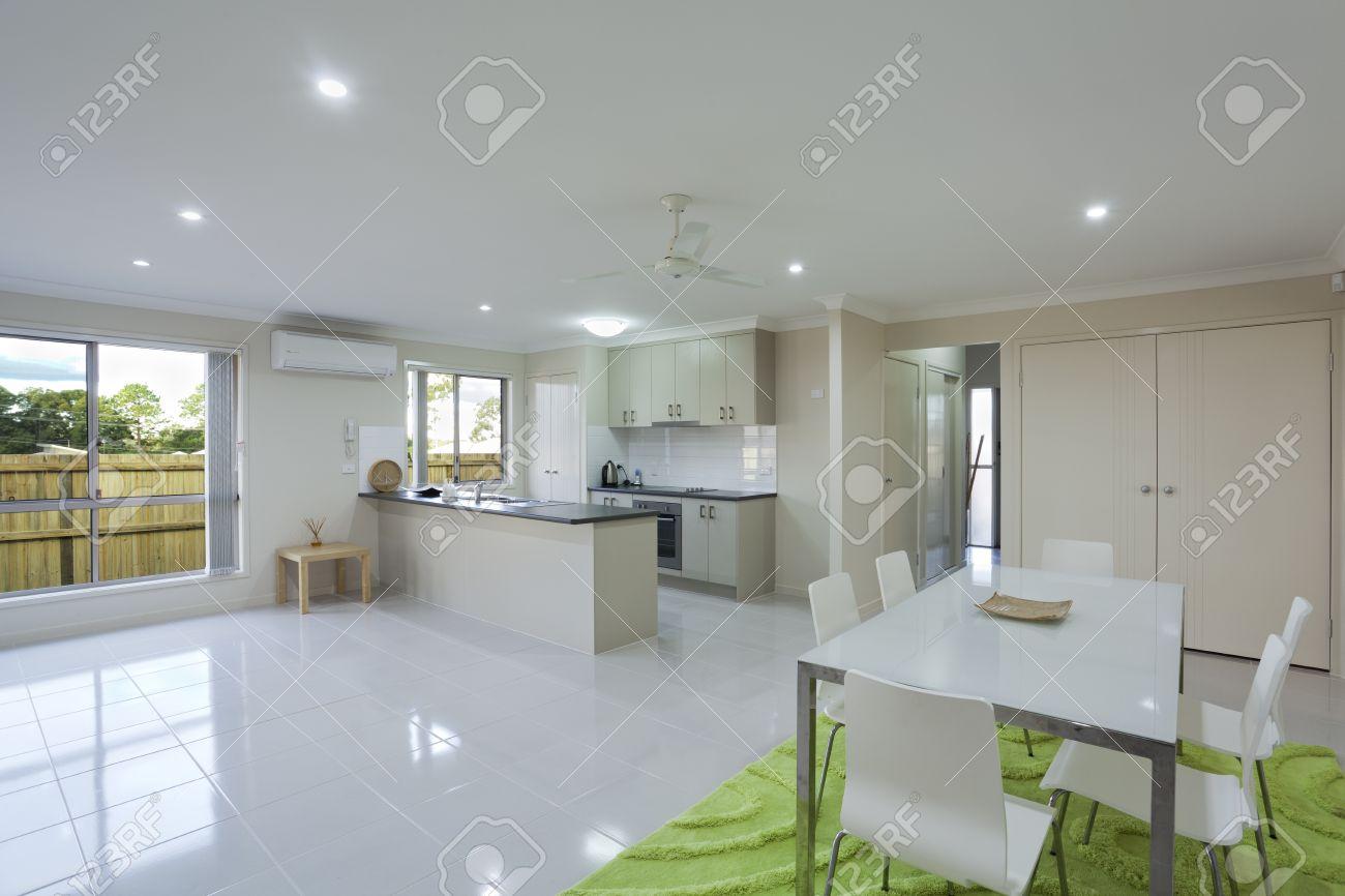 Modernt kök och matplats i australian radhus royalty fria ...