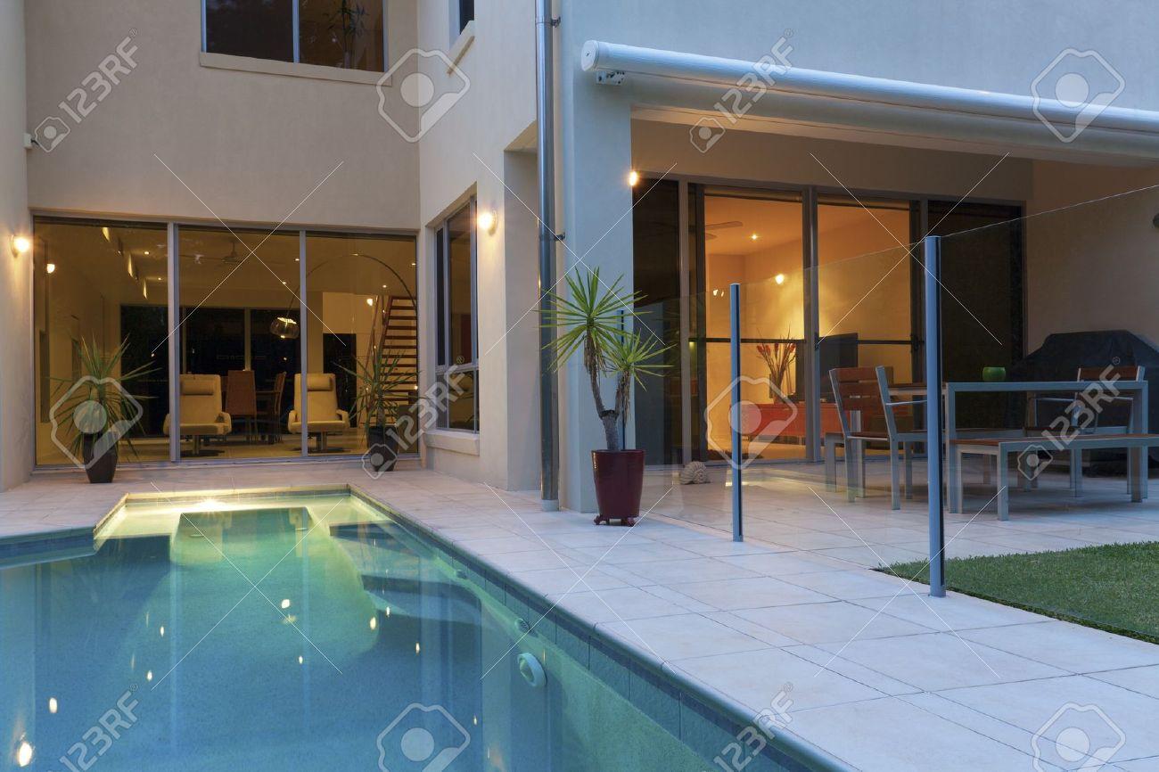 Luxuriöses Modernes Haus Mit Pool Und Garten Lizenzfreie Fotos ...