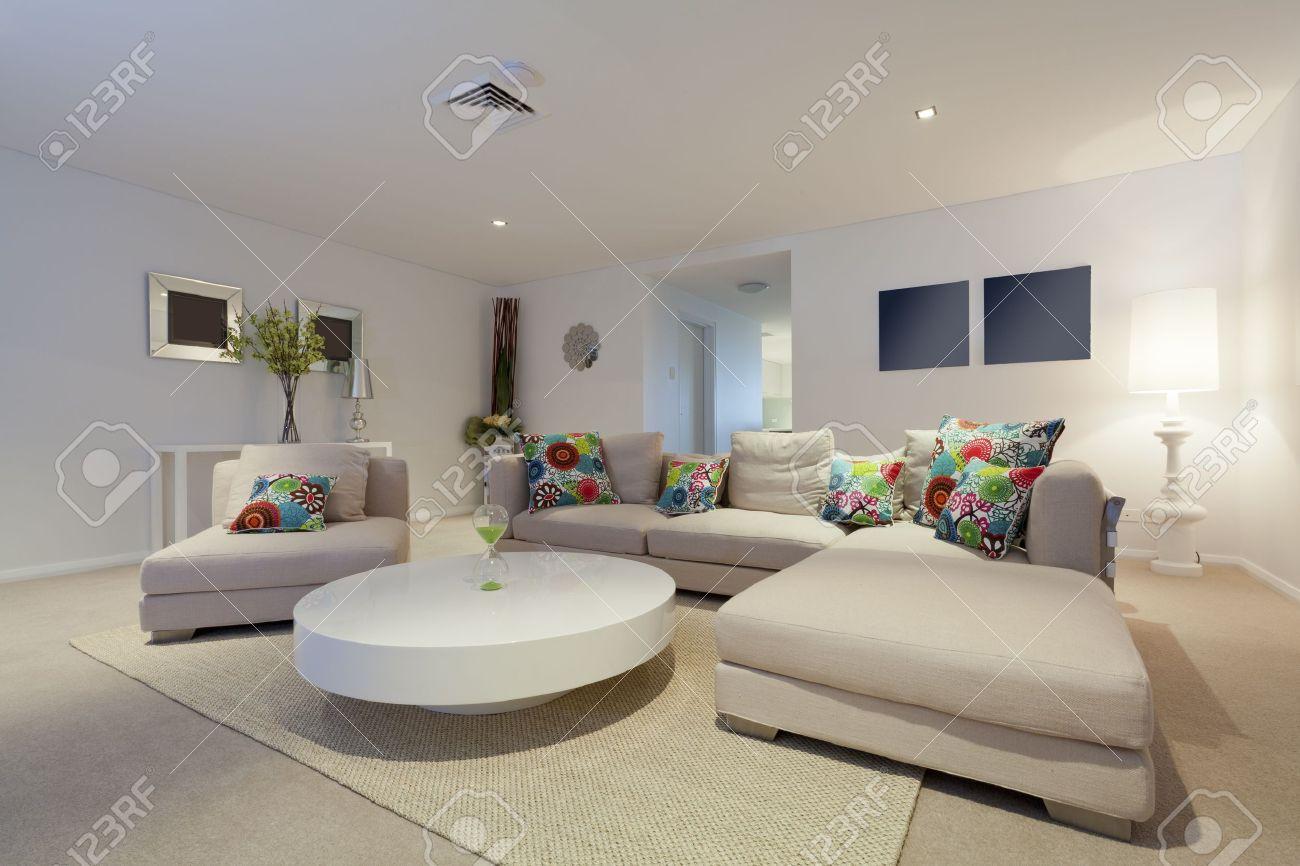 decorare un soggiorno piccolo con uno stile moderno. tavoli ...