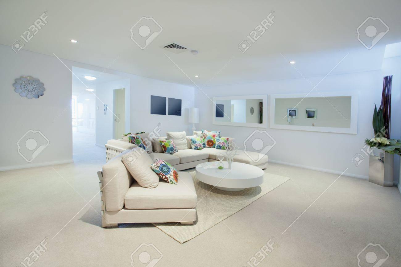 l\'immagine di un salotto moderno, con tavolo e divano marrone ...